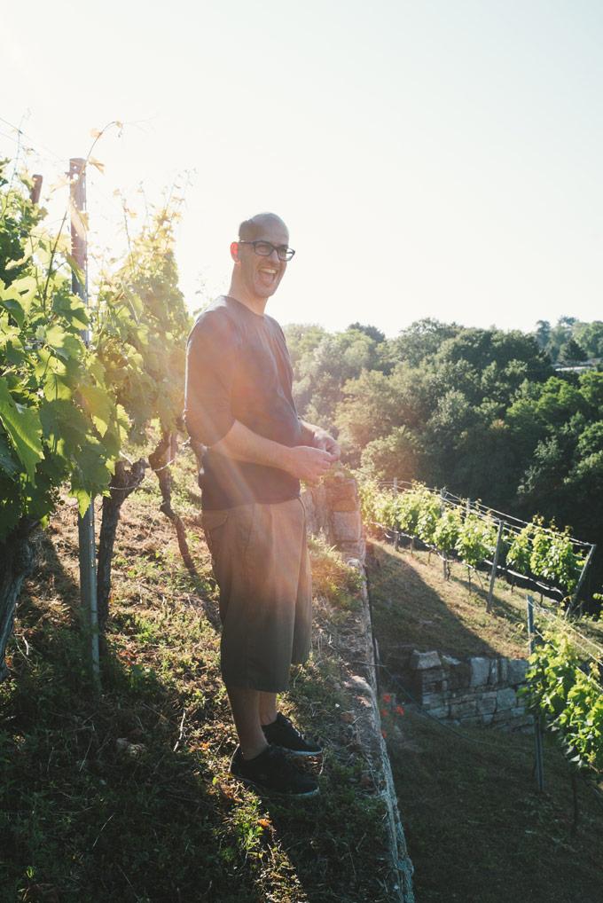 Weingut der Landeshauptstadt Stuttgart |Weingutsleiter Timo Saier mitten im Weinberg Cannstatter Zuckerle |Copyright Yannick Stechmeyer-Emden